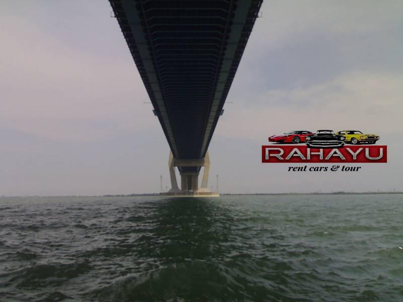 jembatan suramadu dilihat dari bagian bawah menggunakan perahu nelayan